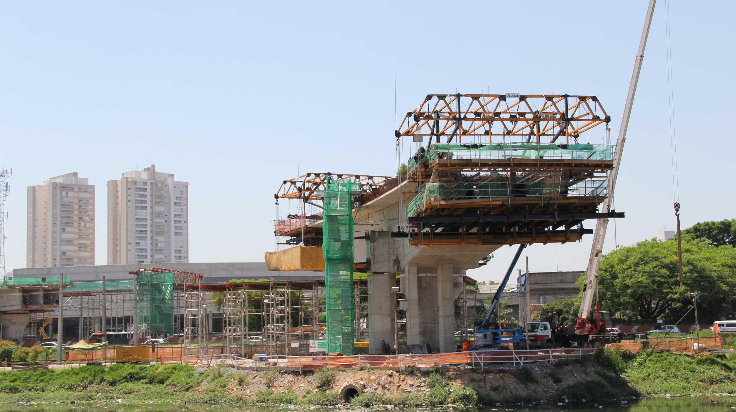A Ponte Itapaiuna, faz parte do complexo Chucri Zaidan, com 340 metros de extensão, três faixas de rolamento em mão única e ligará a Av. Dr. Chucri Zaidan à Rua Itapaiúna, atravessando a Marginal Pinheiros.