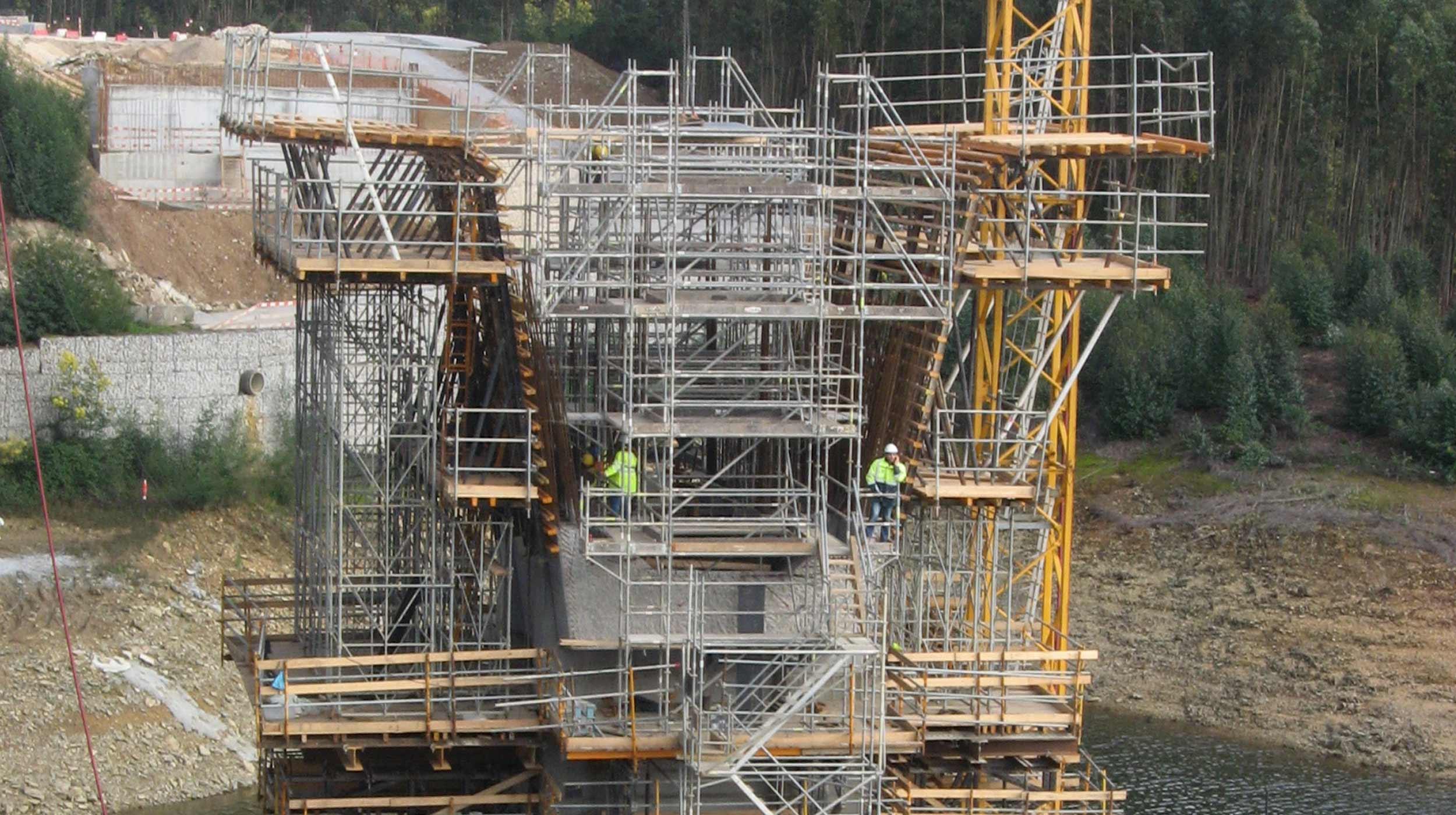 Tem uma extensão de 390 metros, com dois pilares e três vãos de comprimento variável, possuindo o vão central 170 metros e os vãos extremos 120 metros e 100 metros.